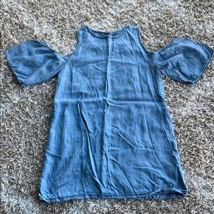 Chambray cold shoulder shift dress in sz M 🙌🏼